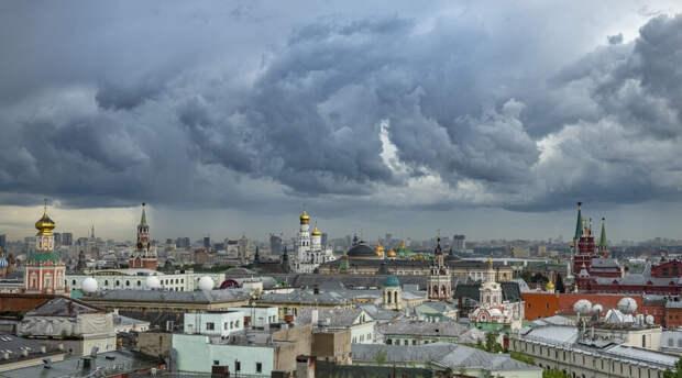 Москвичей предупредили об урагане с грозой и градом