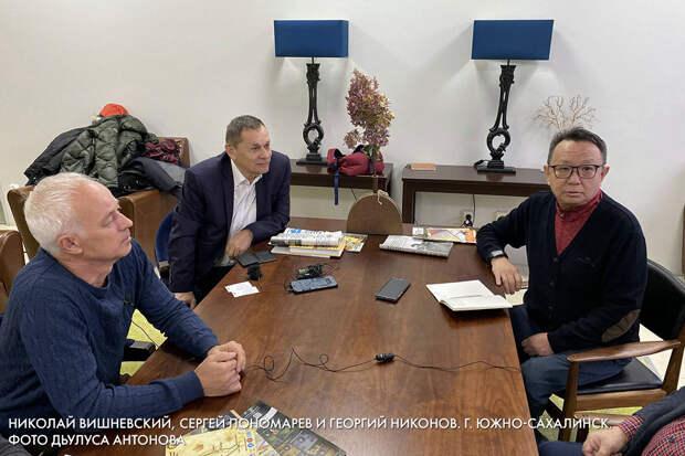 НИколай Вишневский, Сергей Пономарев и Георгий НИконов. г. Южно-Сахалинск.  Фото Дьулуса Антонова