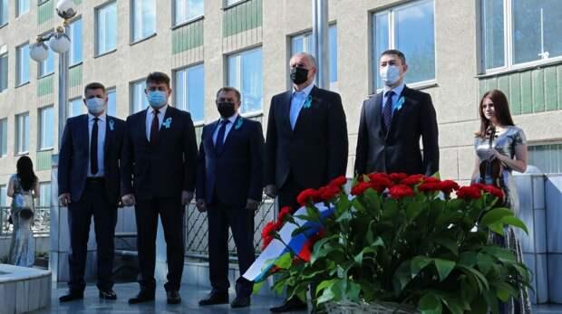 В Крыму возложили цветы к памятнику «Возрождение»