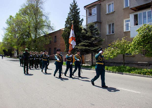 Военнослужащие ЮВО во Владикавказе поздравили ветерана ВОВ В.Петрову с Днем Победы