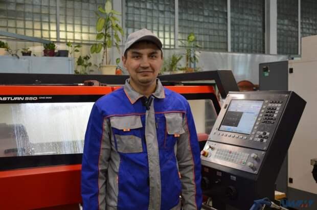 В институте авиационного моторостроения работает один из лучших токарей Москвы