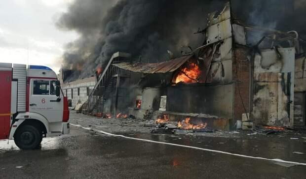 Крыша обрушилась при возгорании двухэтажного склада наВавилова вРостове-на-Дону