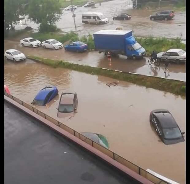 Автомобили на Касимовском шоссе оказались под водой из-за дождя и прорыва трубы