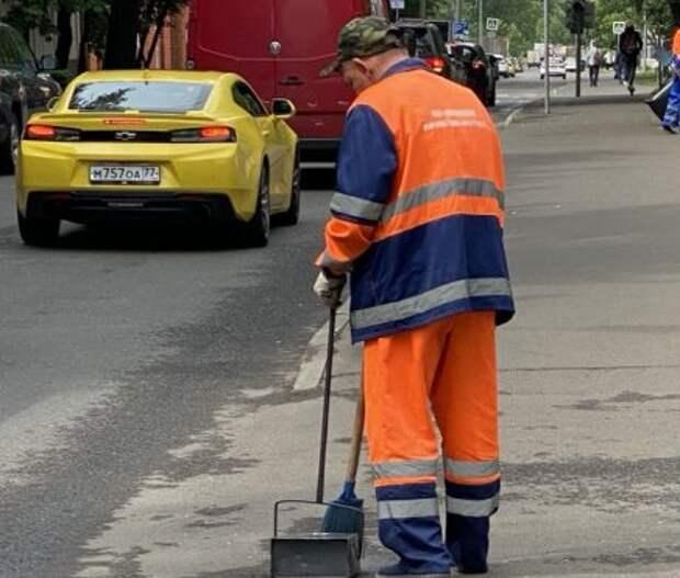 «Жилищник» очистил Воротынскую улицу от мусора