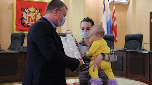 Сергей Бороздин вручил ключи от новых квартир жителям 12 аварийных домов