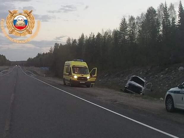 Автомобиль врезался в скалу в Карелии