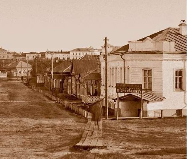 Старый Омск. Видно, что окна в земле, а рядом простые деревянные дома с обычными окнами.