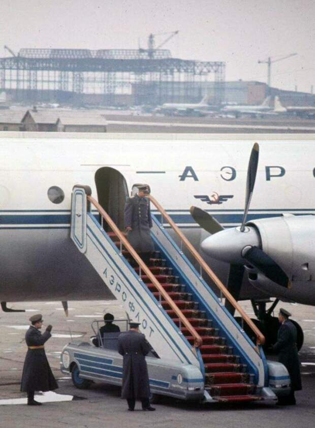 Выход Гагарина из самолёта, по ковровой дорожке с развязанным шнурком, даже сняли в цвете история, ретро, фото
