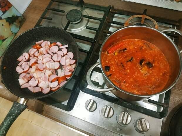 Томатный суп с колбаской и беконом