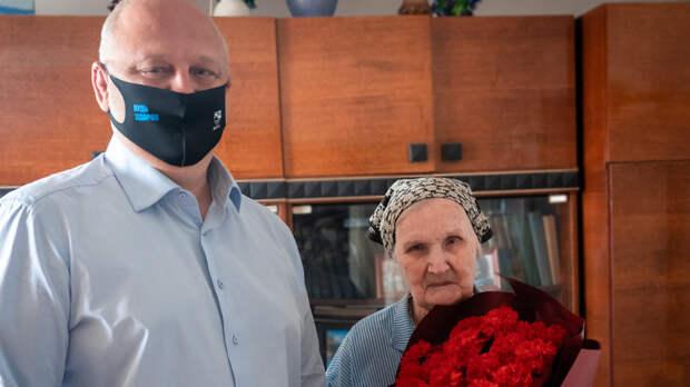 Никто незабыт: сотрудники ВМТП вручили подарки ветеранам войны