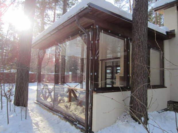 Гибкие окна можно не снимать на зиму. Они выдерживают минусовые температуры, сохраняя свои качества. Фото с сайта rmk-tent.ru