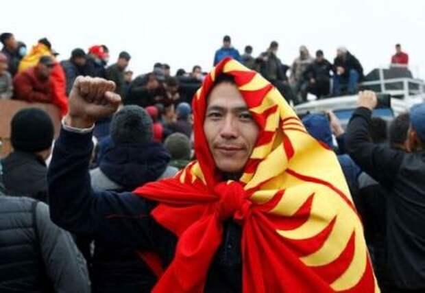 Участник протестов в Бишкеке, накрывшийся национальным флагом. Бишкек, Киргизия. 6 октября 2020 года. REUTERS/Vladimir Pirogov