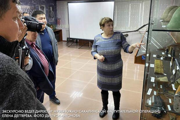 Экскурсию ведет директор музея Южно-Сахалинской наступательной операции  Елена Дегтярёва. Фото Дьулуса Антонова