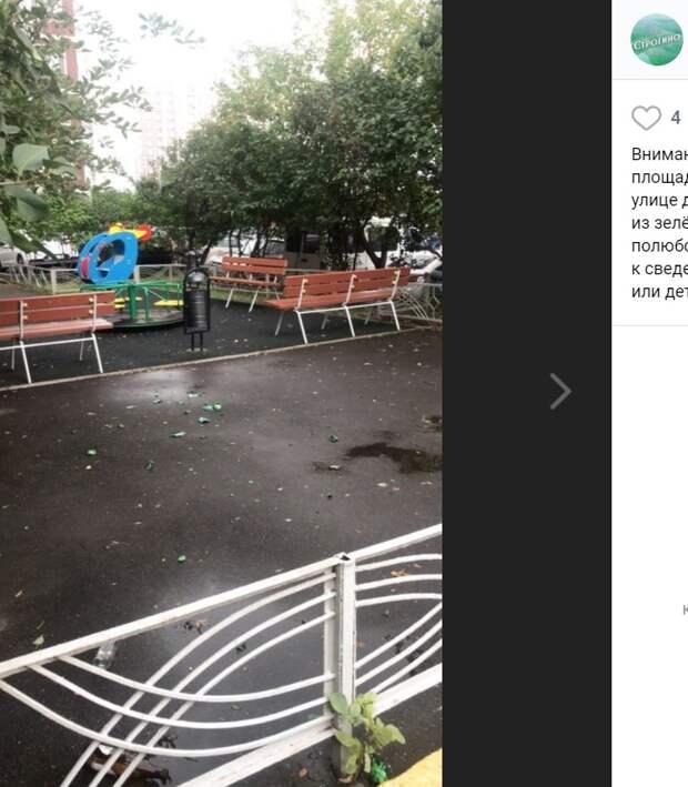 Детскую площадку на Таллинской усыпали битым стеклом