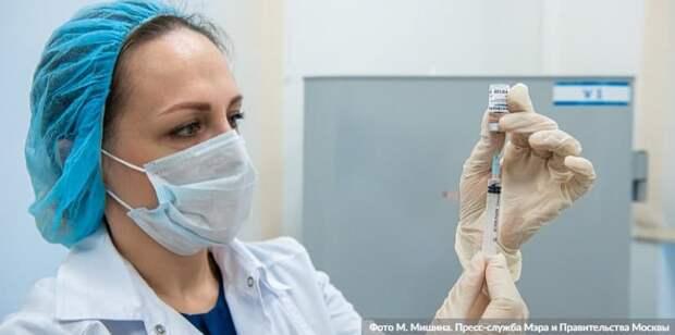 Москва постоянно расширяет список категорий людей, которые могут записаться на прививку от COVID-19. Фото: М. Мишин mos.ru