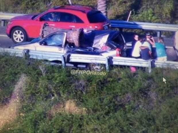 Огромный кусок металла раздавил легковой автомобиль авария, авто, авто авария, везение, видео, грузовик, дтп, эстакада