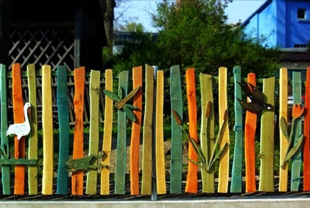 Забор из разномастных досок. | Фото: Gardening: Flower and Vegetables.
