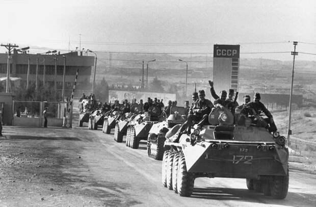 Для чего советские солдаты ездили на танках и БТР сидя на броне