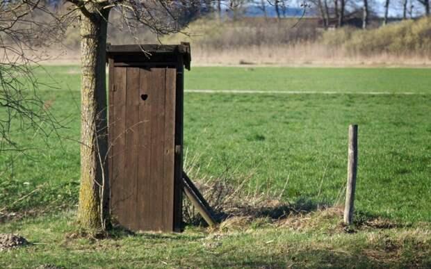 Трехлетний ребенок едва не захлебнулся в септике во дворе дома в Уральске