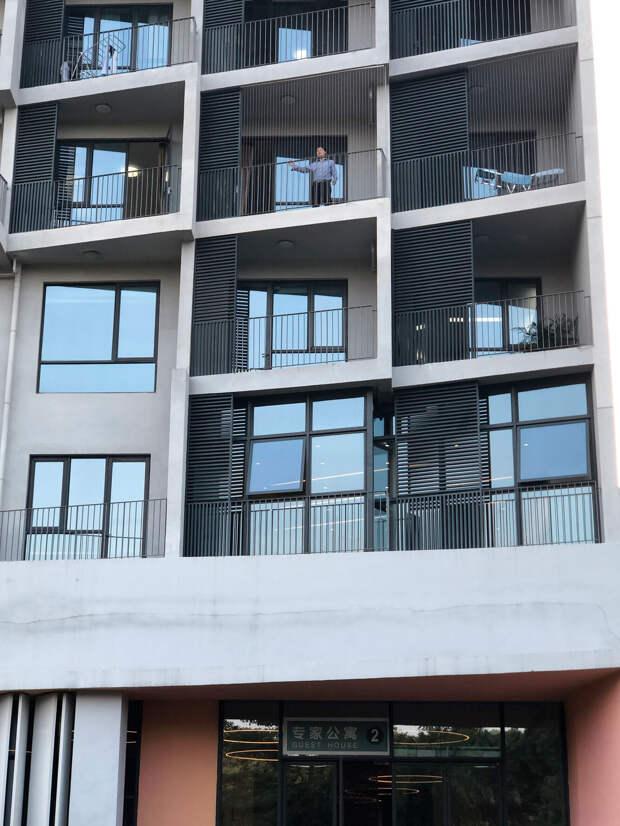 Хэ Цзянкуй на балконе университетского кампуса