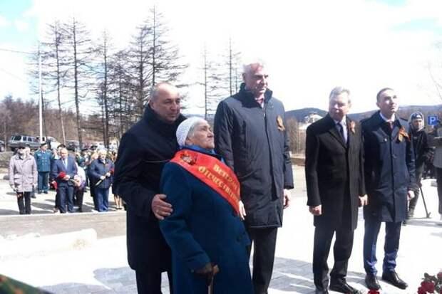 """Магаданцы возложили цветы к монументу """"Героям АлСиба"""""""