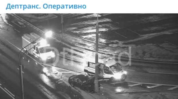На Ленинградке легковушка протаранила столб