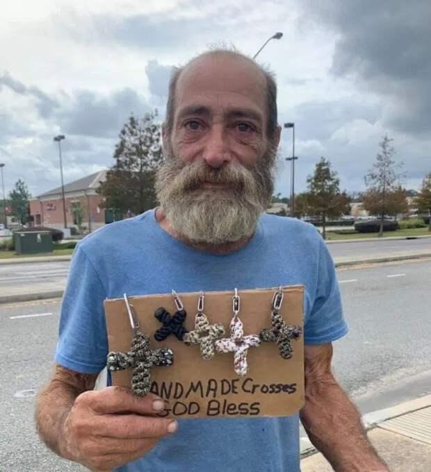 Добро возвращается: бомж отдал последние деньги, чтобы помочь незнакомке, и получил щедрое вознаграждение