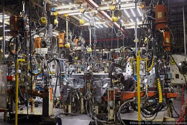 В кузовном цеху с помощью роботов и точечной сварки рождается кузов. nissan, авто, автозавод, автомобили, завод, производство, сборка, цех