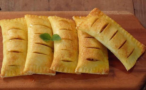 Берем кусок обычного хлеба и за минуты делаем из него пирожок с яблоками