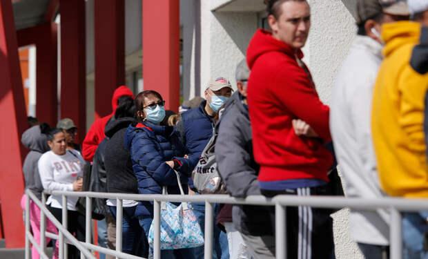 США. В ожидании постановки на учёт по безработице. Обычные американцы, такие же как Безос. Или всё-таки не такие же?
