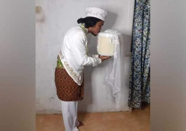 В Индонезии мужчина женился на рисоварке