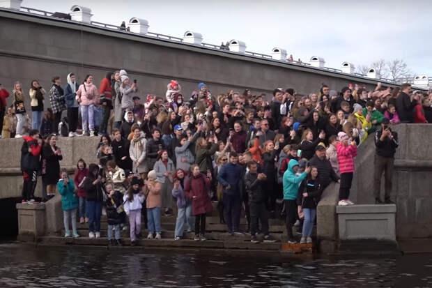 Яхта чуть не утонула, дети тоже. Исполнитель Егор Шип собрал в Петербурге несколько сотен фанатов