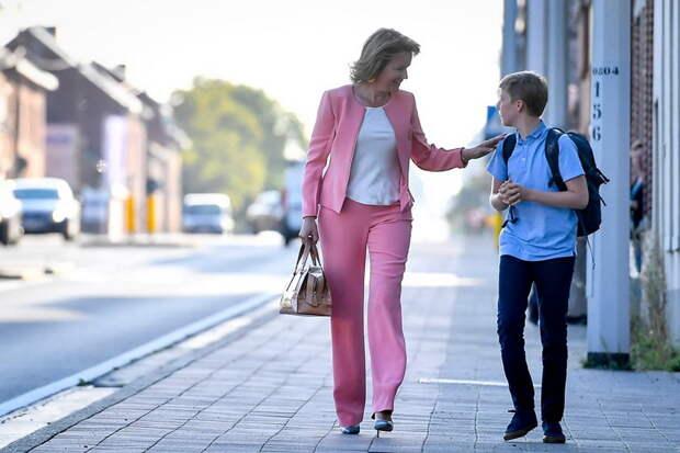 Королева Бельгии ведёт сына в школу. Где перекрытие всех ближайших кварталов и дорог?.. И снайперы на крышах ))