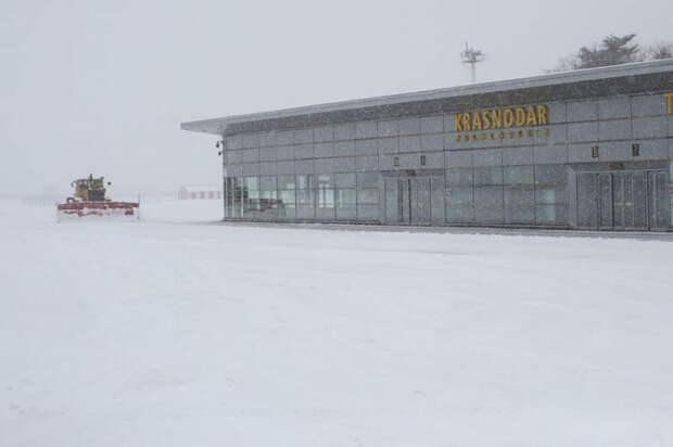 А снег не знал и падал: аэропорт Краснодара закрыт до 14.30