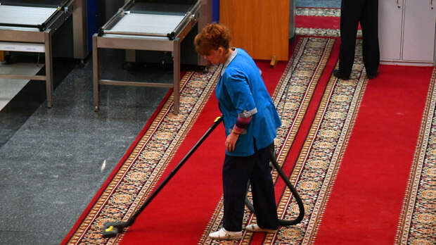 Вымела мэра вместе с мусором: Чиновник проиграл выборы своей уборщице