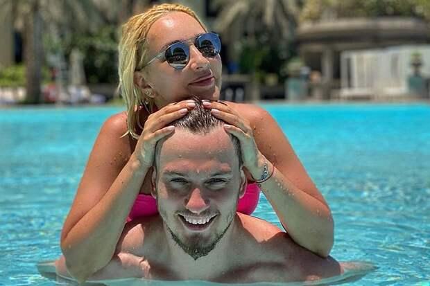 Пляжное фото Леры Кудрявцевой в купальнике и ее молодого мужа произвело фурор