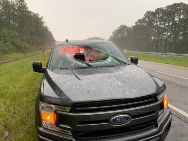 Кусок асфальта, в который ударила молния, пробил пикап (2 фото)