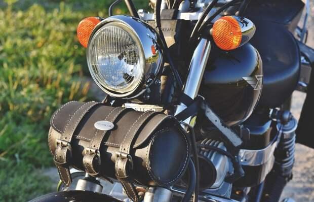 На Нижней Масловке мотоцикл задел легковушку
