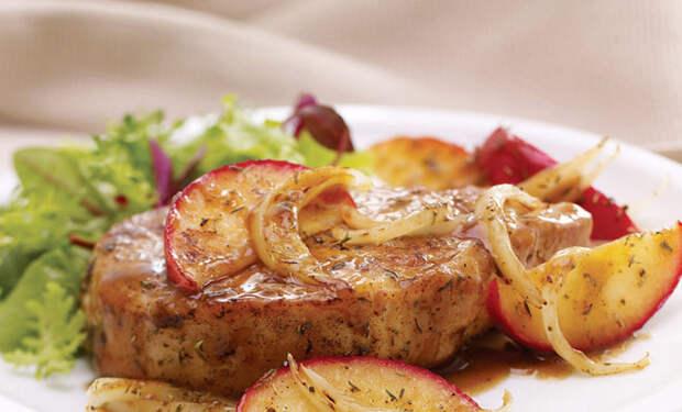 Яблоки не храним, а начинаем с ними готовить: закладываем поверх мяса