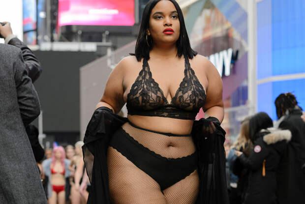 Полураздетые девушки всех размеров прошлись по Таймс-сквер