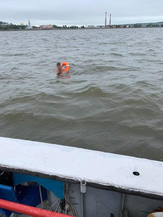 В Воткинске спасатели выехали на помощь мужчине, решившему переплыть пруд