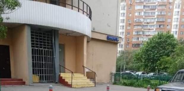 «Сбежавшие» контейнеры вернули в мусорокамеры дома на Белореченской