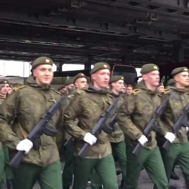 В Москве начался парад в честь Дня Победы. Погода подкинула неприятных сюрпризов, но...