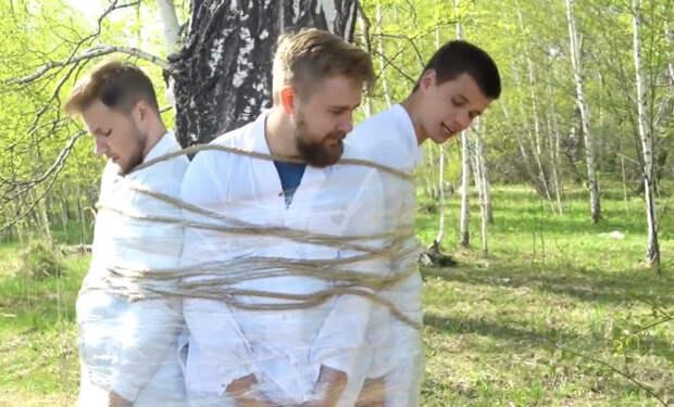 Как освободиться от веревок если привязан к дереву