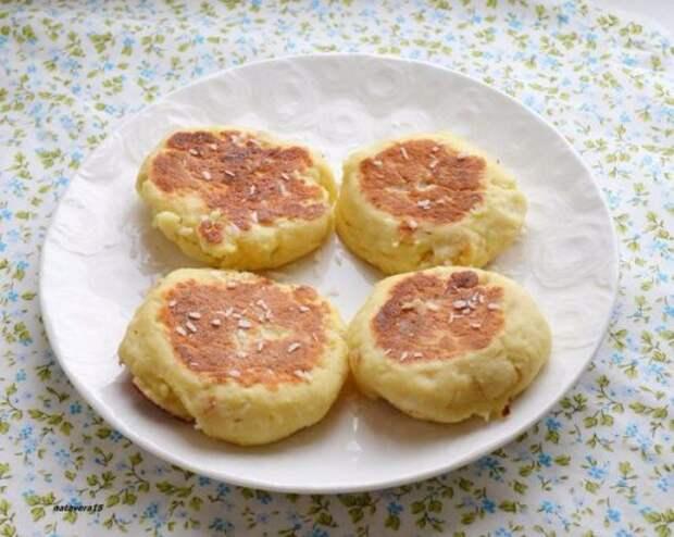 Сырники с кокосом и карамелизированными яблоками.