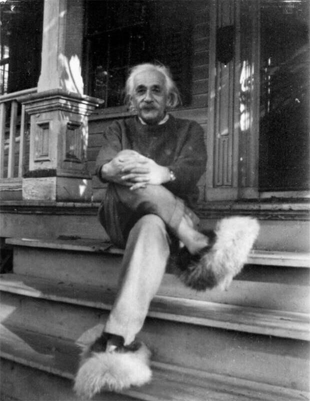 Альберт Эйнштейн в пушистых тапочках на крыльце своего дома в Принстоне, 1950 год. В них он нередко встречал гостей.  история, ретро, фото