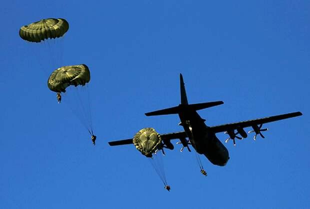 Десантирование британских парашютистов с C-130J на учениях Anaconda 16