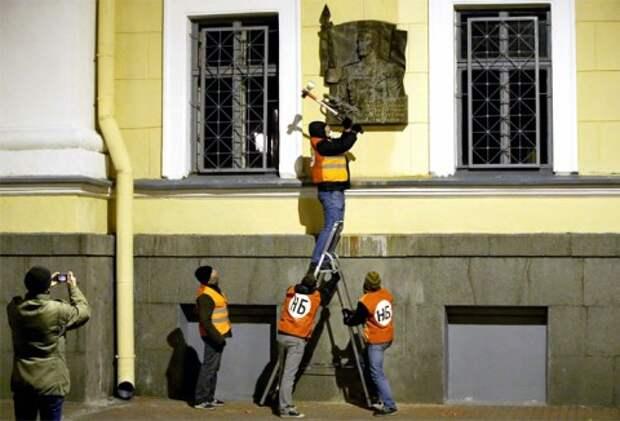 Мемориальную доску Маннергейму в Петербурге порубили топором