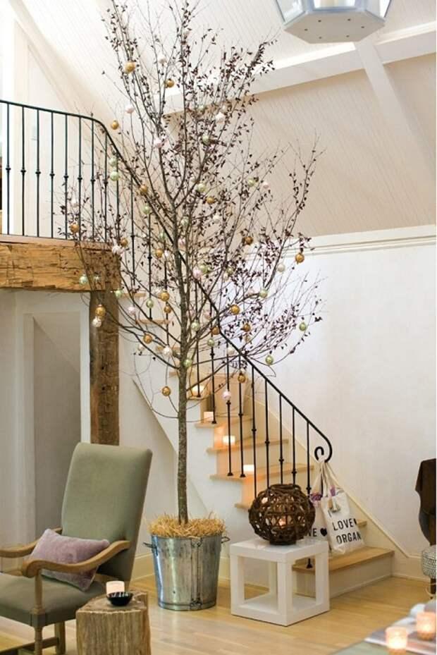 Интересный пример оформления новогоднего дерева, что понравится точно.