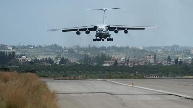 Военно-транспортный самолет Ил-76 ВКС РФ совершает посадку на авиабазе Хмеймим в Сирии